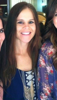 Michelle wears the 'Chevron' brass necklace.